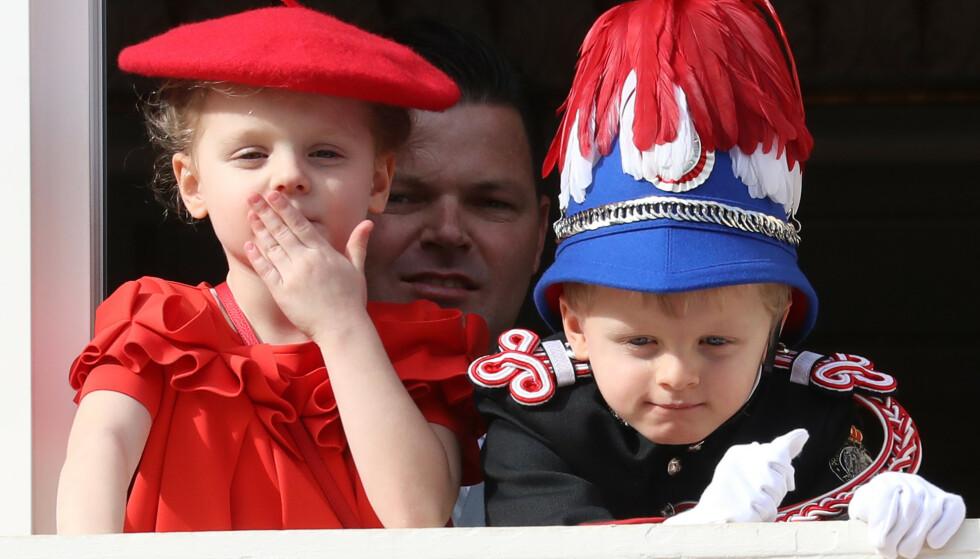 NYE ANTREKK: Prins Albert har tidligere avslørt at barna hadde fått laget nye antrekk til årets nasjonaldag. Mens prinsen bar en uniform for første gang, var søsteren ikledd en rød kjole og alpelue. Foto: NTB Scanpix