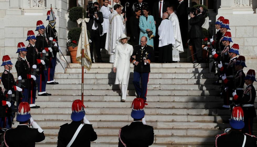 GUDSTJENESTE: Som en del av feiringen, deltar fyrtsen og fyrstinnen på en ofisiell gudstjeneste i Monacos katedral. Foto: NTB Scanpix