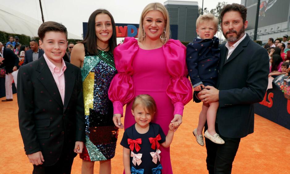 LYKKELIG FAMILIE: Her er Kelly Clarkson sammen med stesønnen Seth, stedatteren Savannah, datteren River, sønnen Remy og ektemannen Brandon på en filmpremiere i Los Angeles i april. Foto: NTB Scanpix