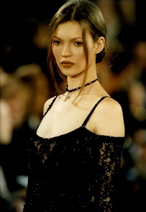 PÅ CATWALKEN: Med sin høyde på «knappe» 170 centimeter, er Kate Moss blant de laveste supermodellene. Her på catwalken for Donna Karan i 1993. Foto: Ken Towner/ ANL/ REX/ NTB scanpix