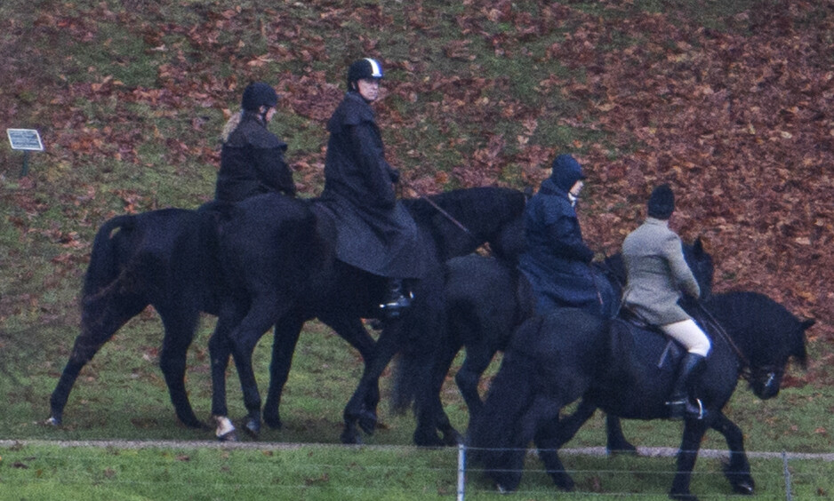 PUSTER UT: Prins Andrew ble fredag obeservert på ridetur med dronning Elizabeth. Turen kommer i kjølvannet av en trøblete tid i det britiske kongehuset. Foto: NTB Scanpix