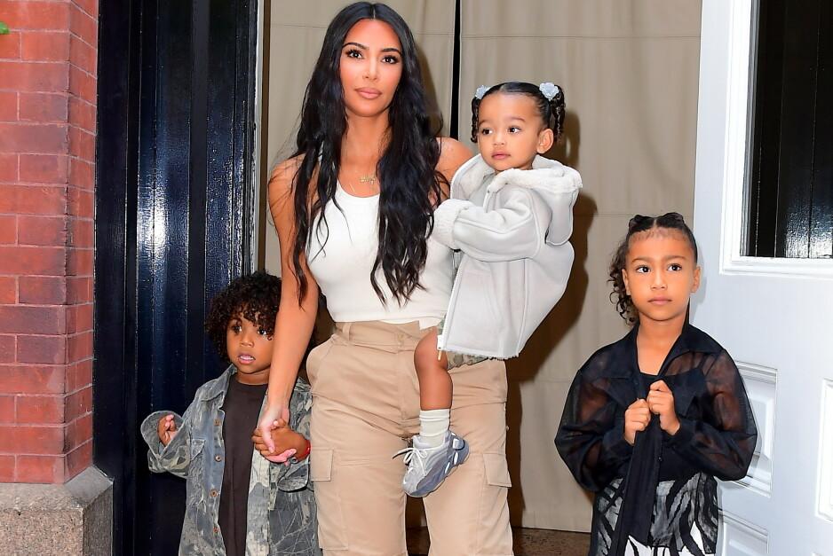 <strong>ROLIG LIV:</strong> Selv om Kim Kardashians liv utad kan se ut til å i hovedsak bestå av glitter og glamour, avslører realitystjernen nå at det er langt fra sannheten. Her med sine tre eldste barn, Saint, Chicago og North West i september 2019. Foto: NTB Scanpix
