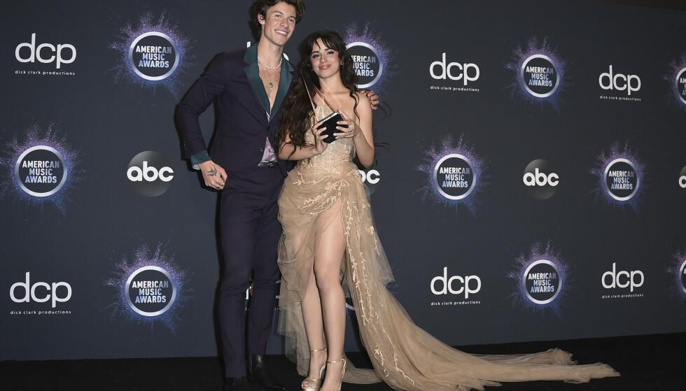 <strong>SUPERPAR:</strong> Shawn Mendes og Camila Cabello tok med seg pris hjem fra AMAs. Foto: NTB Scanpix