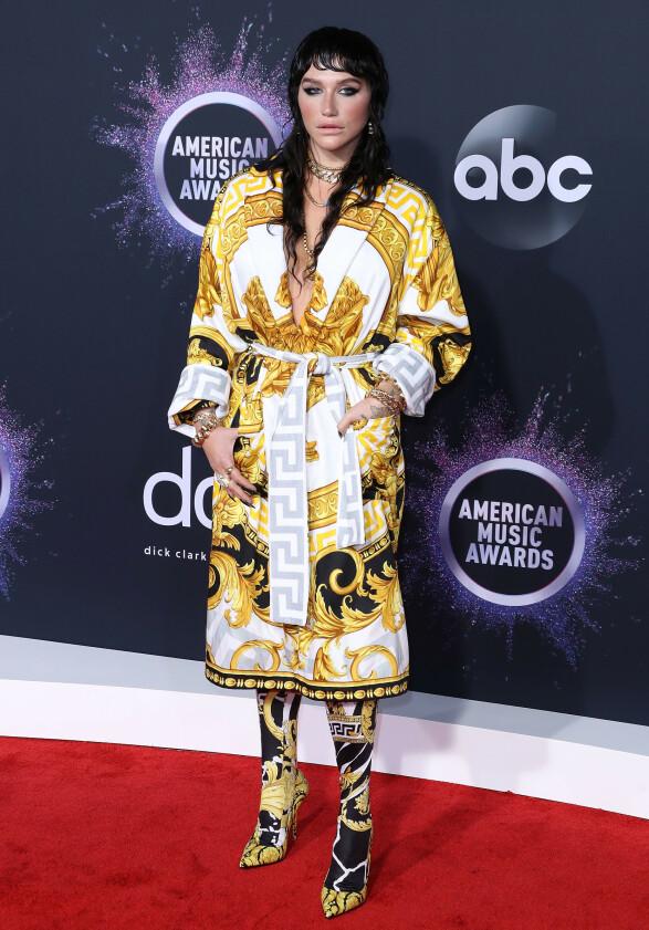 <strong>KOMFORTABEL:</strong> Kesha stilte i et overdådig, slåbrok-lignende antrekk på den røde American Music Awards-løperen. Foto: NTB scanpix