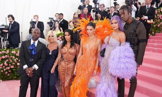 KJENT FAMILIE: Kardashian/Jenner-slekten er svært berømt. Nå får familien krass kritikk fra egne rekker. Her er Kris Jenner, Kim Kardashian, Kendall og Kylie Jenner på årets Met-galla sammen med Corey Gamble og Travis Scott (ytterst t.h.). Foto: NTB Scanpix
