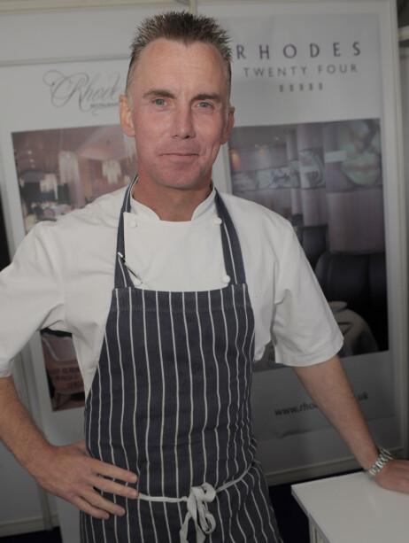 <strong>HEI SVEIS:</strong> Gary Rhodes var godt kjent for sine kulinariske ferdigheter, men huskes også for sin ikoniske piggsveis. Her fotografert i 2009. Foto: NTB scanpix