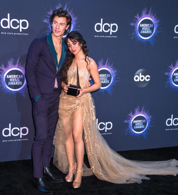 KJÆRESTER OG PRISVINNERE: Cabello og Mendes vant natt til mandag en American Music Award for sitt samarbeid. Her poserer paret stolt med prisen. Foto: NTB scanpix