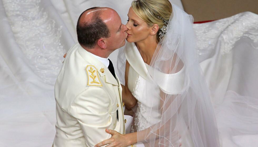 GIFT: Det storslagne bryllupet fant sted i Monaco i 2011, og flere berømte gjester hadde tatt turen for å overvære øyeblikket. Her blir parets kyss foreviget. Foto: NTB Scanpix