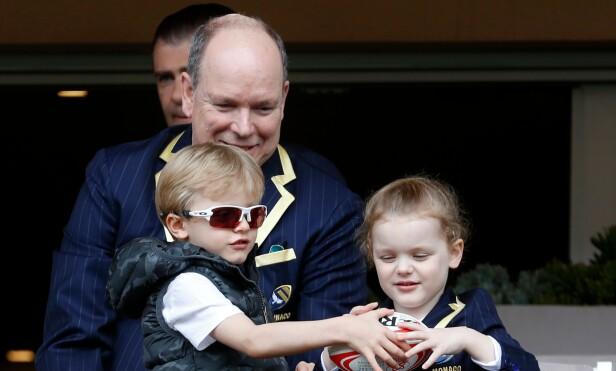 MORSOM PAPPA: Charlene skryter av hvordan ektemannen er med barna. Her er prins Albert og tvillingene avbildet i mai. Foto: NTB Scanpix