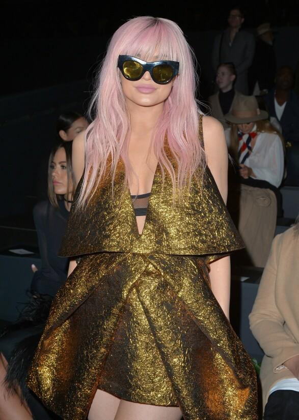 <strong>I 2016:</strong> Kylie Jenner på Vera Wang-visning med pastellrosa hår under moteuken i New York. Foto: NTB scanpix