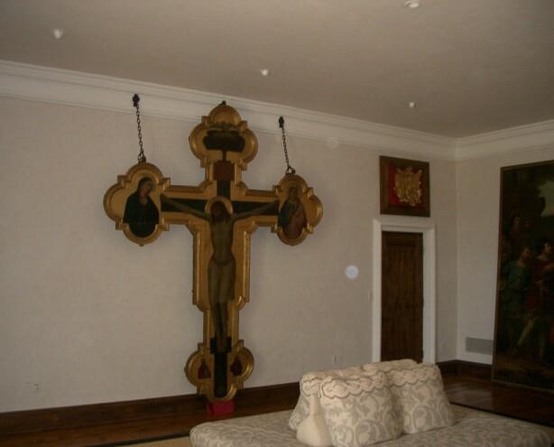 JESUS-SKULPTUR: På det ene soverommet henger dette korset. Foto: www.thisischriswhite.com