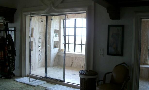 DUSJ UTENFRA: Dusjen har plass til åtte personer. Foto: www.thisischriswhite.com