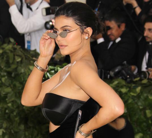 <strong>KORT HÅR:</strong> På Met-gallaen i 2018 valgte Kylie Jenner tilsynelatende å sette opp sitt eget hår - uten extensions. På gallaen i 2017 og 2019 gikk hun derimot for parykk. Foto: NTB scanpix