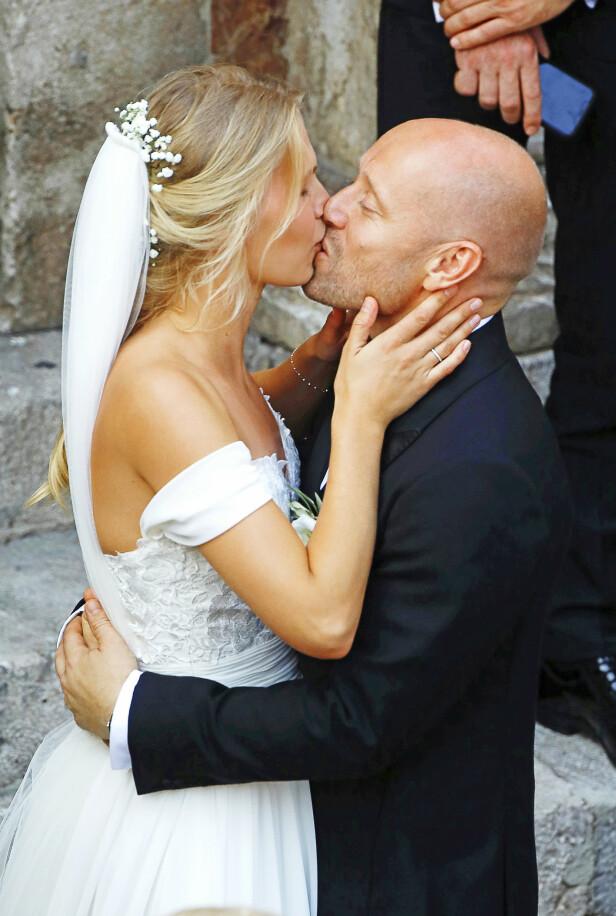 MANN OG KONE: Karoline Hegbom og Aksel Hennie kysset til på kirketrappen. Foto: Agencias