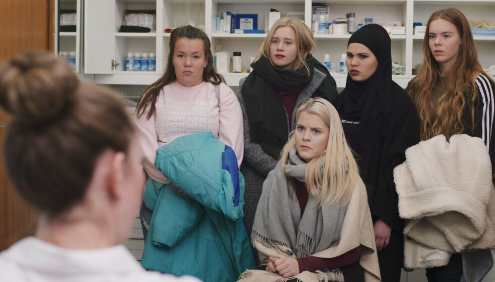 <strong>SUKSESS:</strong> Jentegjengen i «Skam» går gjennom problemer som mange ungdommer opplever i løpet av ungdomstiden. Her er Ina Svenningda (Chris)l sammen med Josefine Pettersen (Noora), Iman Meskini (Sana), Lisa Teige (Eva) og Ulrikke Falch (Vilde). Foto: NRK