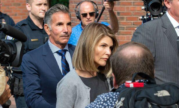 TILTALT: Ekteparet Lori Loughlin og ektemannen Mossimo Giannulli (bak t.v.) er tiltalt i den såkalte universitetsskandalen. Foto: NTB Scanpix