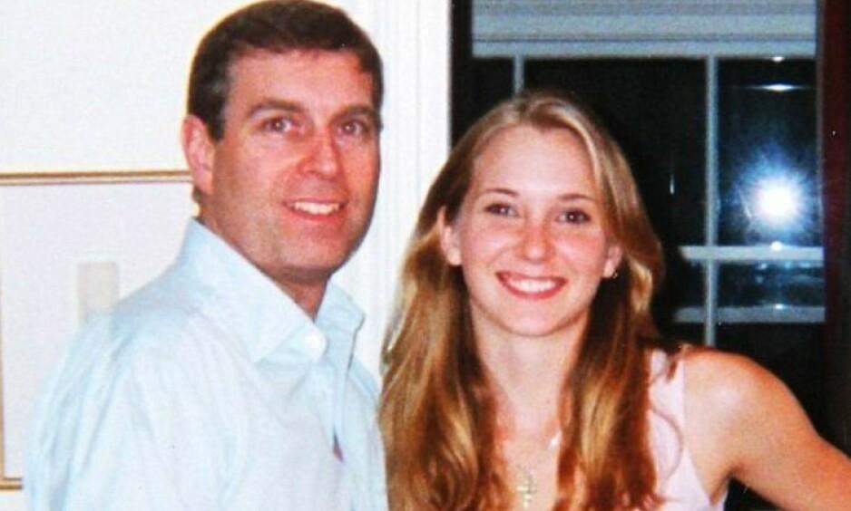 SNAKKER UT: Virginia Giuffre forteller sin side av historien i et nytt intervju med BBC. Hun hevder å ha blitt utsatt for seksuelle overgrep av prins Andrew da hun var 17 år gammel. Her er de to avbildet i 2001. Foto: NTB Scanpix