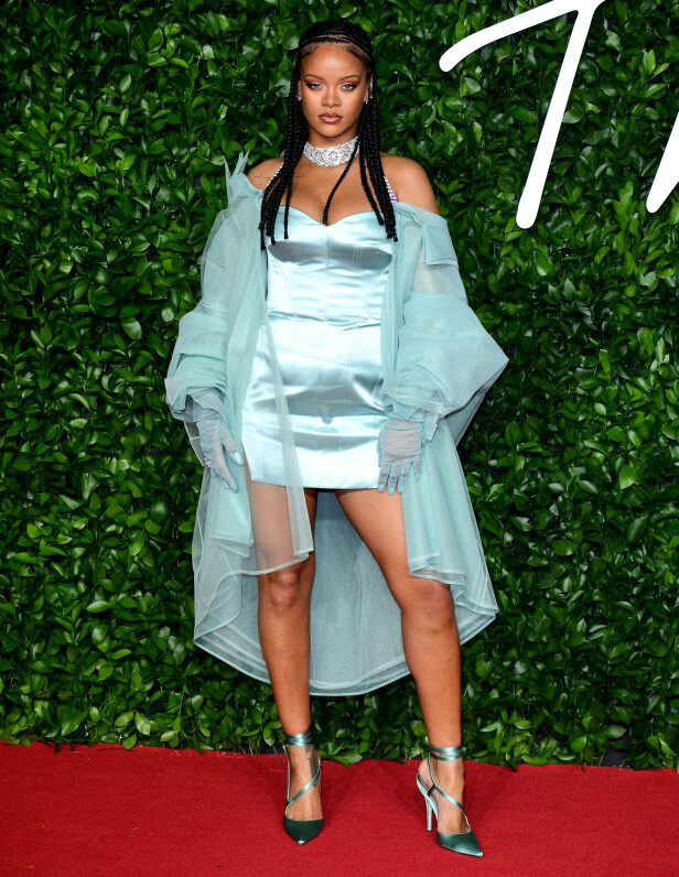 RIHANNA: Artisten stilte i en kort, tettsittende kjole under årets Fashion Awards i London. Foto: NTB Scanpix