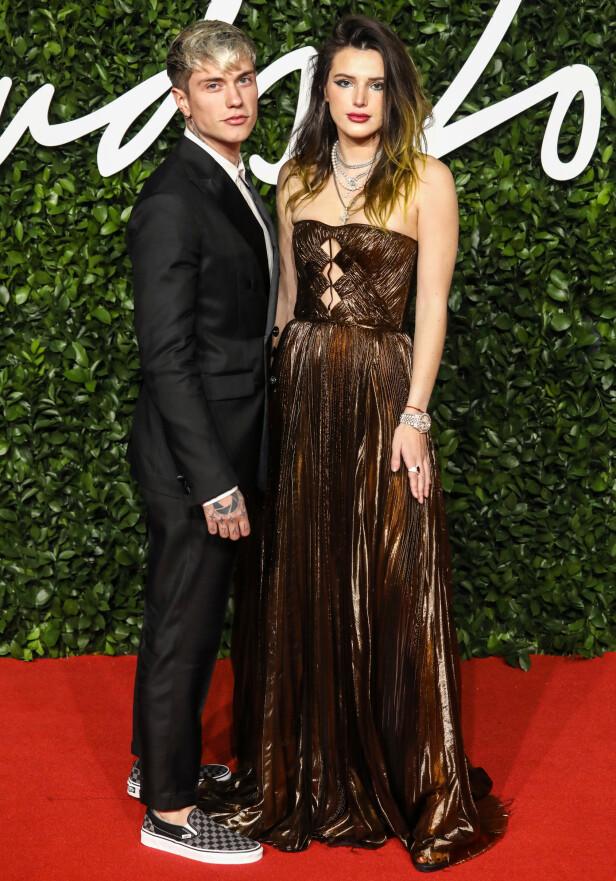 SAMMEN: Skuespiller Bella Thorne kom sammen med sin italienske kjæreste på Fashion Awards mandag kveld. Foto: NTB Scanpix