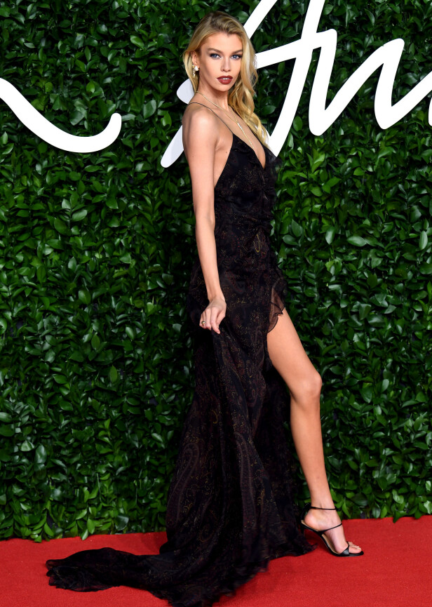 STELLA MAXWELL: Modellen kastet tidligere klærne med Liam Payne. Mandag kveld var hun kledd i en detaljfylt, vakker kjole med høy splitt. Foto: NTB Scanpix
