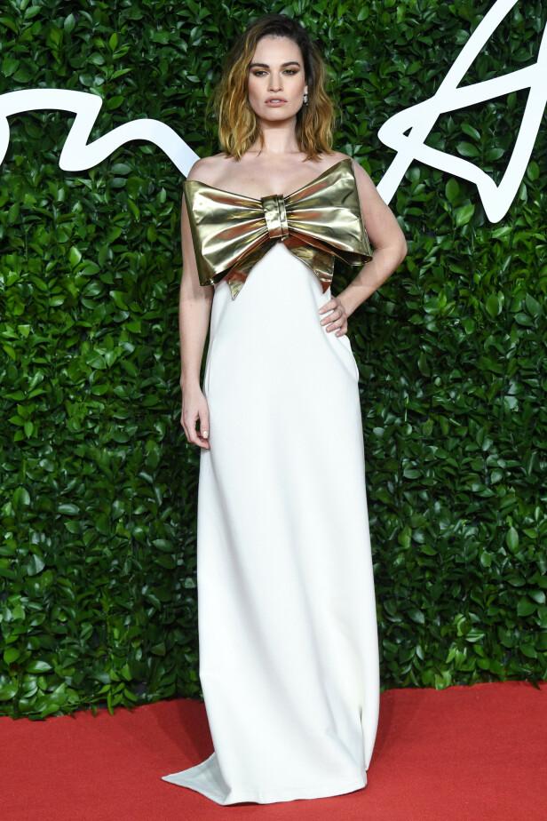 LILY JAMES: «Mamma Mia»-stjernen toppet en hvit og elegant kjole med en stor gullsløyfe. Foto: NTB Scanpix