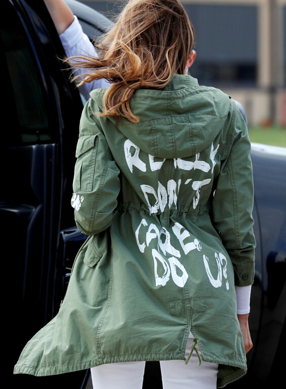 <strong>OMDISKUTERT JAKKE:</strong> Denne jakken til Melania Trump vakte mye oppsikt da hun brukte den under besøket i Texas i juni 2018. Foto: Reuters/ NTB scanpix