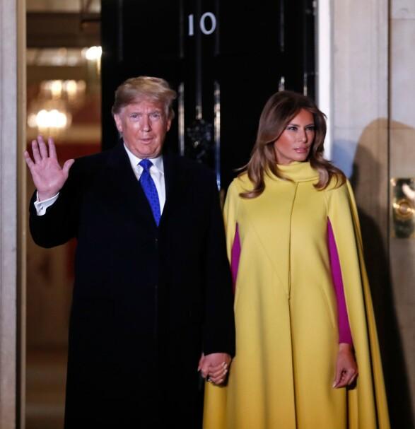 <strong>STIV?:</strong> Det er ikke alltid førstedame Melania Trump velger å smile. Her utenfor 10 Downing Street i London tirsdag sammen med ektemann og president Donald Trump. Foto: AFP/ NTB scanpix