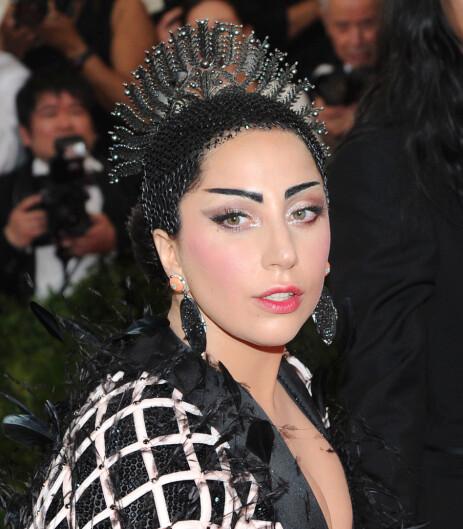 MYE ARBEID: Bak Lady Gagas hårfrisyre under Met-gallaen i 2015 lå det mye hardt arbeid. Foto: NTB Scanpix