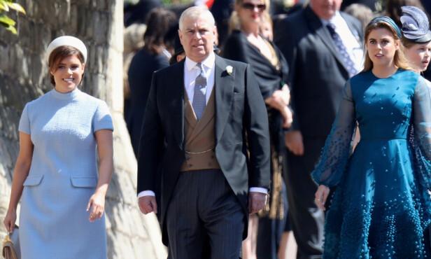 <strong>PÅVIRKER FAMILIEN:</strong> Det er liten tvil om at skandalen påvirker prinsens familie og den øvrige kongefamilien. Nå skal prinsesse Beatrice (t.h) ha besluttet å utsette den planlagte forlovelsesfesten. Her er prins Andrew sammen med sine to døtre under prins Harry og hertuginne Meghans bryllup i 2018. Foto: NTB Scanpix