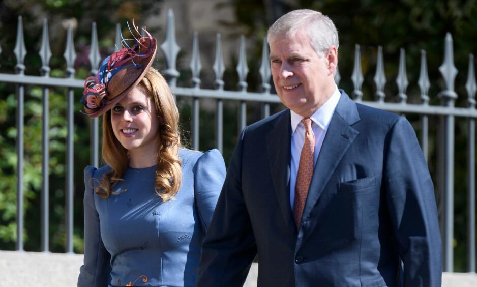 Her er prins Andrew og prinsesse Beatrice avbildet under påskegudstjenesten i St George Chapel i april. Foto: NTB Scanpix