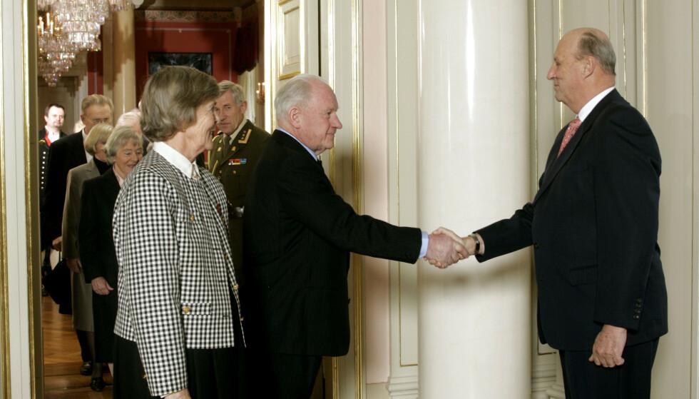 KONGENS FORTJENSTMEDALJE: Her ser man Reidar Otto Ullevålseter hilse på kong Harald i 2005. Ved hans side står kona Gerd. Foto: NTB Scanpix