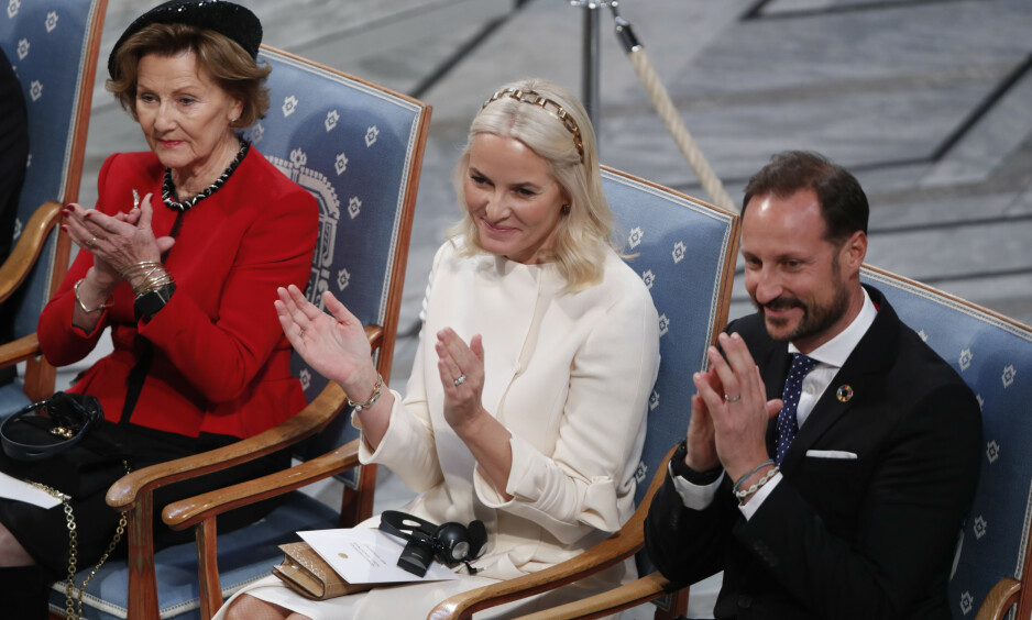SPESIELL DETALJ: Kronprins Haakon dukket opp med et skjellarmbånd på håndleddet sitt under gårsdagens utdeling av Nobels fredpris. Dette mener Svensk Damtidning bryter med kongelig etikette. Se og Hørs kongehuseksperter er imidlertid ikke enige med det svenske magasinet. Foto: NTB Scanpix