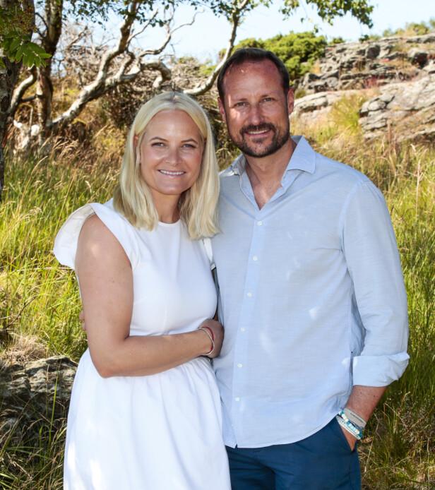 GLAD I ARMBÅND: Kronprins Haakon har ved flere anledninger hatt på seg armbånd. Her er han avbildet med kronprinsesse Mette-Marit i sommer på ferie på landstedet på Dvergsøya utenfor Kristiansand.