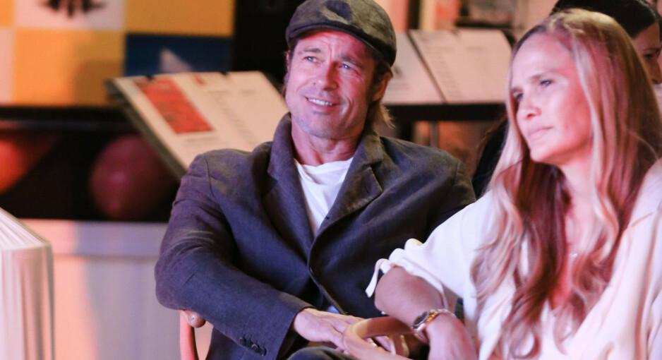 UT MOT RYKTER: Brad Pitt (55) avviser at han er koblet til noen av kvinnene han er knyttet opp mot de siste årene. Her med Sat Hari Khalsa, som er en av kvinnene han er blitt koblet til. Foto: Reuters/NTB Scanpix