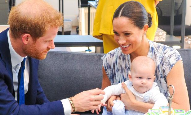 SYV MÅNEDER: Archie Mountbatten-Windsor har allerede rukket å bli syv måneder gammel, og skal snart feire sin første jul. Her er familien avbildet under et besøk i Sør-Afrika. Foto: NTB Scanpix