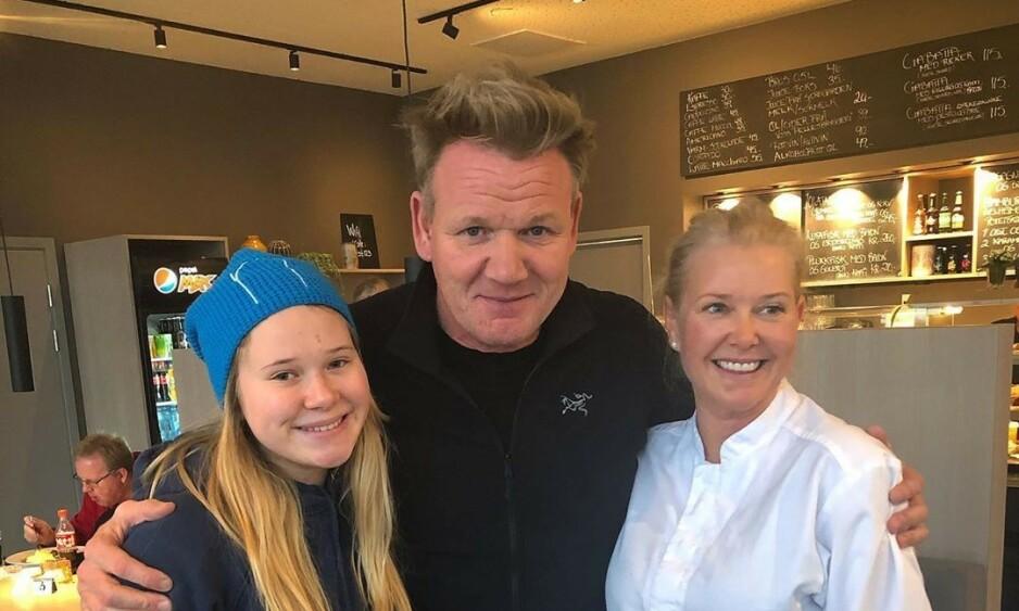 OVERRASKET: Anita Knapstad (t.h) og dattera Synva ble overrasket da Gordon Ramsay brått dukket opp på restauranten deres. Foto: Privat