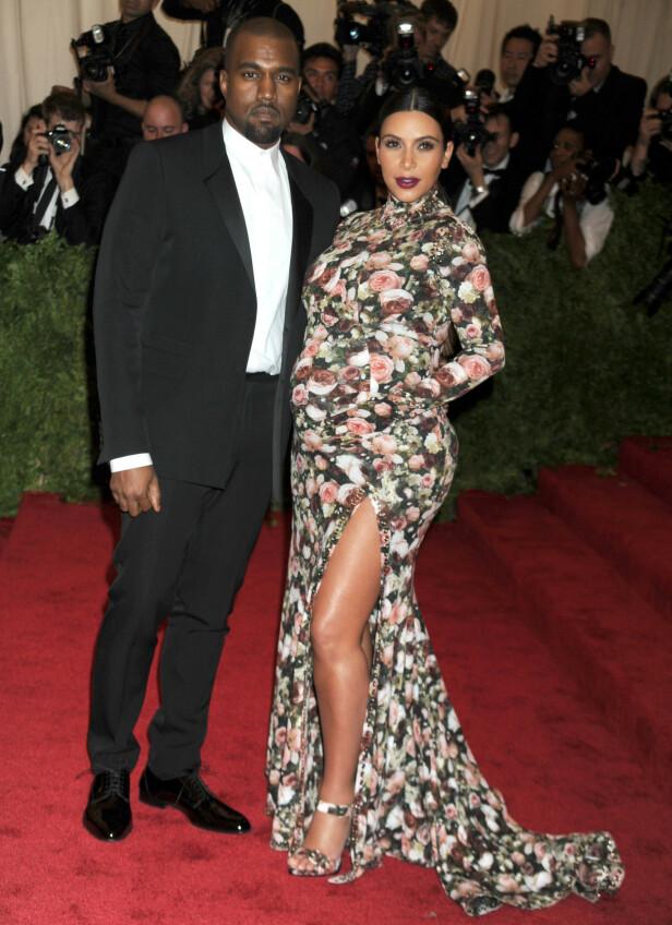 BLE SYK: Ingen av svangerskapene til Kim Kardashian ble problemfrie. Her poserer hun og ektemannen på løperen før Met-gallaen i 2013. Foto: NTB scanpix
