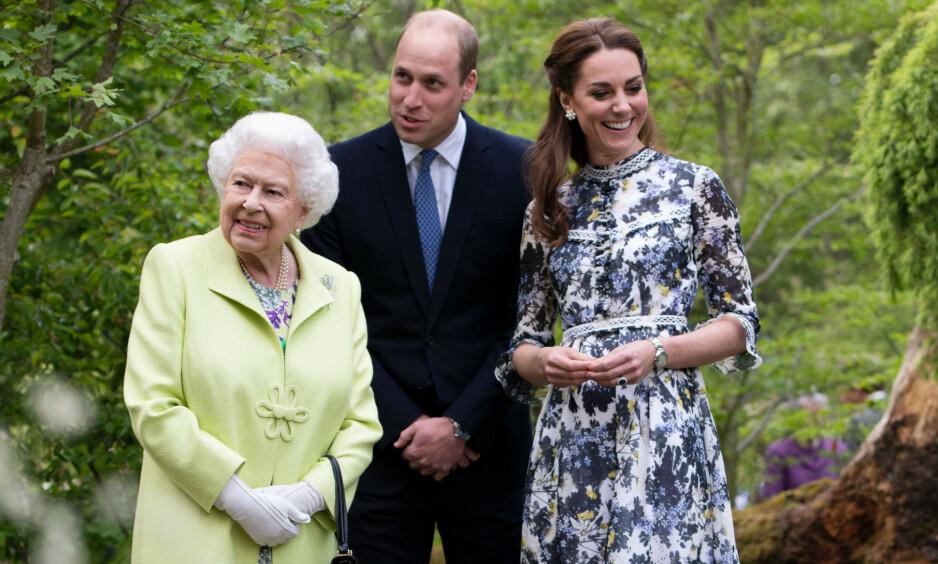 DYR HØYTID: Dronning Elizabeth bruker angivelig en drøy sum på julegaver til familie og ansatte på Buckingham Palace. Her avbildet med prins William og hertuginne Kate i mai. Foto: NTB Scanpix