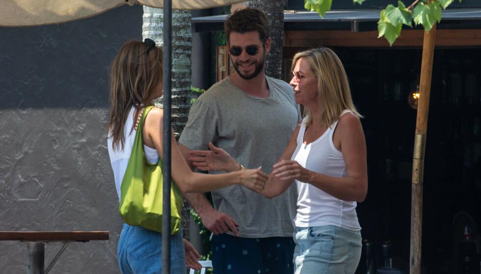 NY FLAMME?: Liam Hemsworth introduserte modellen Gabrielle Brooks til foreldrene sine før helgen. Her sammen med moren hans. Foto: Splash News/NTB scanpix