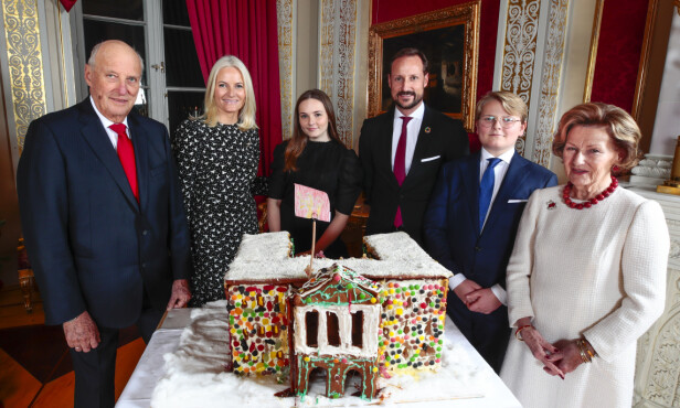 <strong>FOTOGRAFERING:</strong> Kongefamilien var samlet til den årlige julefotografering på Slottet mandag. Foto: NTB Scanpix / Lise Åserud