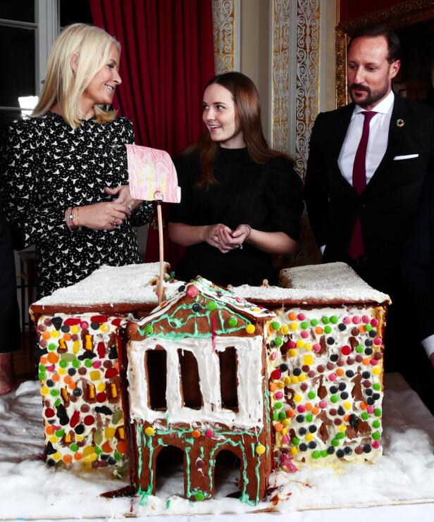<strong>KRONSPRINSFAMILIEN:</strong> Prinsesse Ingrid Alexandra snakker engasjert med mor og far. Foto: NTB Scanpix / Lise Åserud