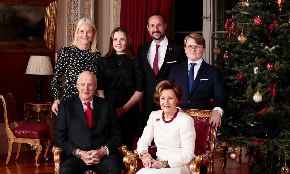 <strong>NYE BILDER:</strong> Mandag kveld delte kongehuset nye julebilder av kongefamilien. Her er de samlet mandag under den årlige og tradisjonsrike julefotograferingen. Foto: NTB Scanpix / Lise Åserud