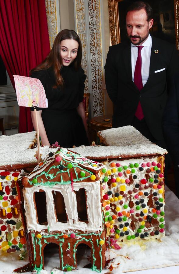 <strong>PRINSESSEN:</strong> Prinsesse Ingrid Alexandra og kronprins Haakon beundrer pepperkakehuset laget av barn fra Fridheim barnehage i Oslo. Foto: NTB Scanpix / Lise Åserud