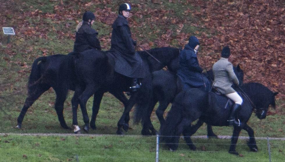RIDETUR: Prins Andrew på ridetur med dronningen i Windsor i november. Foto: NTB Scanpix