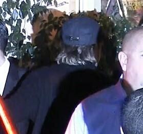 GJEMTE SEG: Brad Pitt dukket opp som en av gjestene under feiringen, men var ikke lett å få øye på. Foto: NTB scanpix