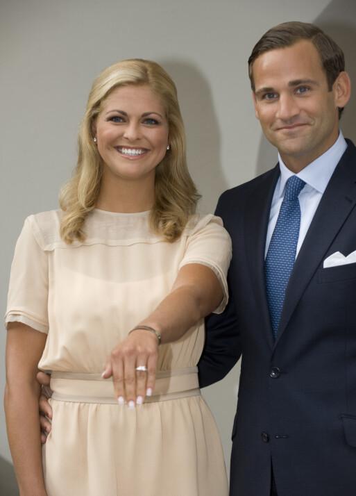 <strong>STOLT:</strong> Prinsesse Madeleine viste stolt frem forlovelsesringen da hun og Bergström annonserte forlovelsen i august 2009. Foto: NTB Scanpix