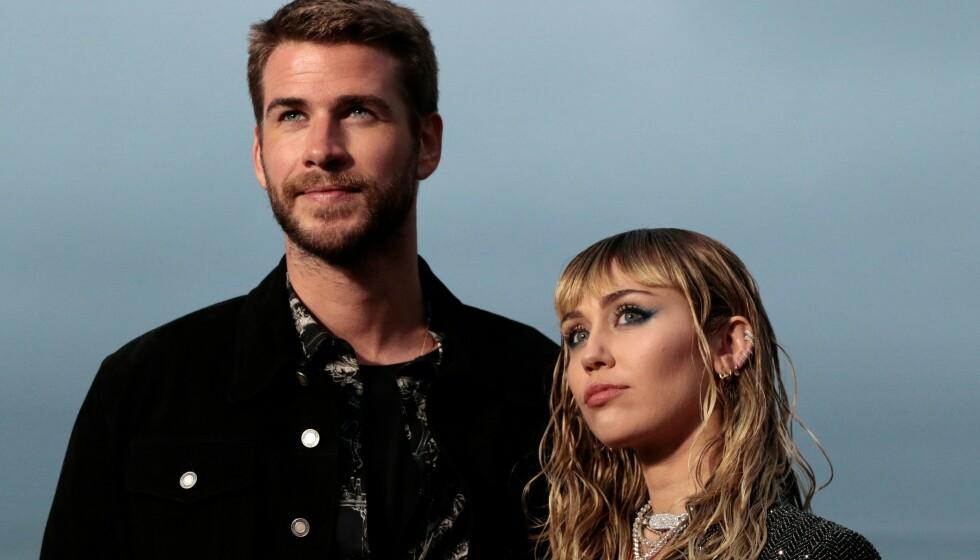 ÅPEN OM TAP: Miley Cyrus legger ikke skjul på at hun har gått gjennom flere tap. Hun har imidlertid sine metoder for å takle sorg. Her med sin tidligere ektemann Liam Hemsworth i 2019. Foto: Kyle Grillot/ AFP/ NTB