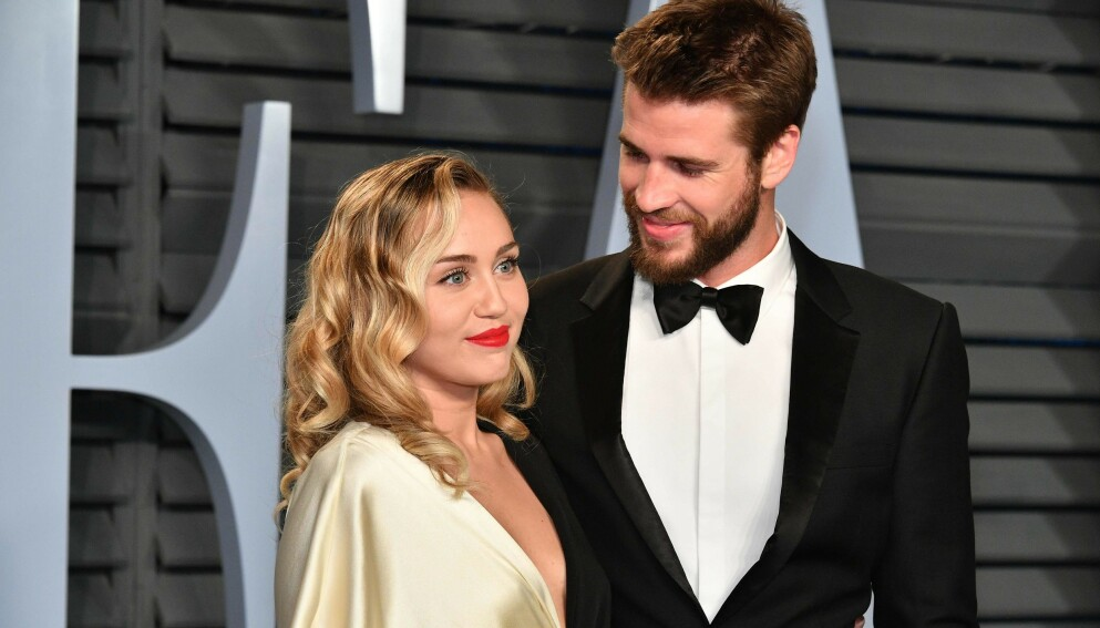 EKSPAR: Miley Cyrus og Liam Hemsworth var et av Hollywoods heteste par. Her avbildet sammen under Vanity Fairs Oscar party våren 2018. Foto: Dia Dipasupil / GETTY IMAGES NORTH AMERICA / AFP / NTB