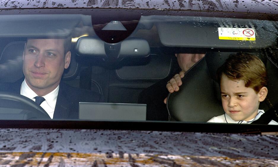 <strong>VEKKER REAKSJONER:</strong> Flere medier stiller spørsmål ved om prins George har lov til å sitte i forsetet med tanke på Storbritannias lover for barnesikkerhet i bil. Foto: NTB Scanpix