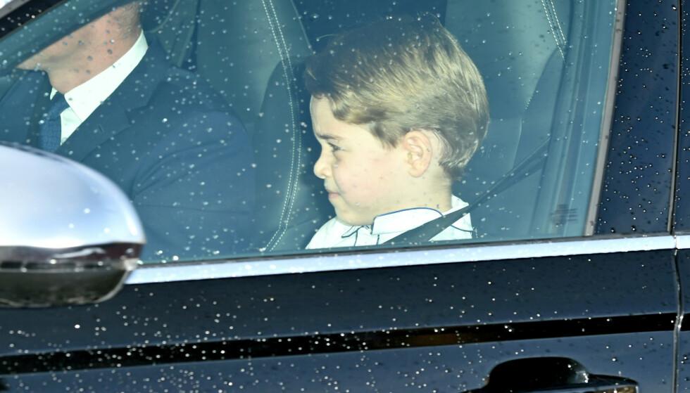 <strong>ULOVLIG?:</strong> Barnesetet som prins George angivelig skal ha sittet på under bilturen i forsetet skal ha vært av feil art i henhold til loven. Foto: NTB Scanpix